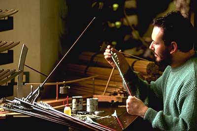 Filippo Donadoni prepare le frecce in legno di Cedro