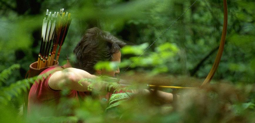 Arciere con longbow nel bosco