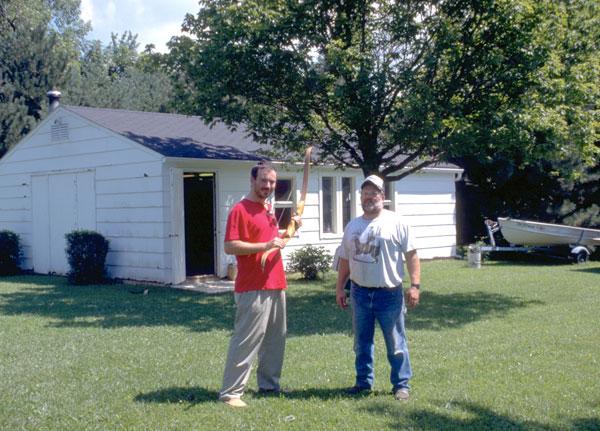 John Jordan davanti alla sua ditta produttrice dello STALKER con Filippo Donadoni